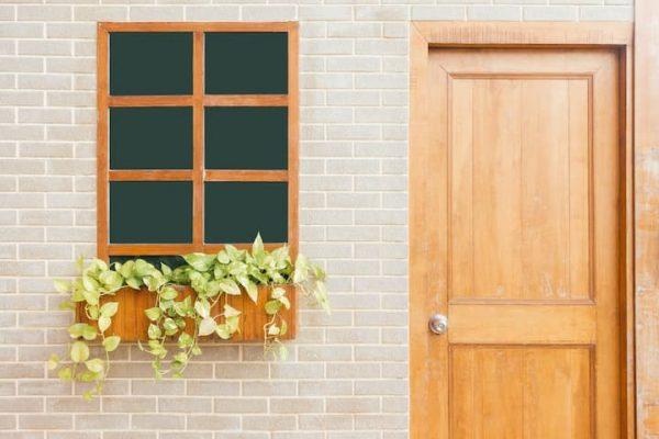 janela de madeira com insulfim